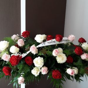 Dessus de cercueil de roses