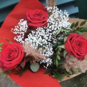 Formule 1 Bouquet tige Roses Rouge , mini pampa et gypsophile.