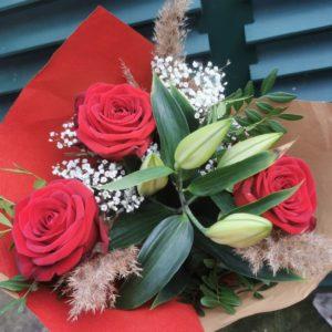 Formule 2 Bouquet tige Roses Rouge , lys blancs, mini pampa et gypsophile.